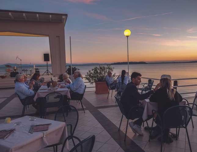 Cena nell'unico ristorante sopra le acque del Lago Trasimeno