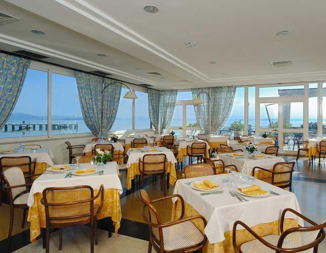 La sala ristorante con vista Lago e delle sue isole
